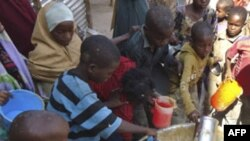Trẻ em nhận thức ăn đã nấu chính tại cơ sở một tổ chức phi chính phủ trong thủ đô Mogadishu, Somalia