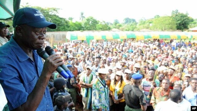 Incumbent Governor Adams Oshiomohole (L) speaks during a political rally at Emu in Edo State, June 13, 2012.