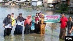 Relawan FPLKDLT gelar aksi bersih sampah danau laut tawar dan bantaran sungai Takengon. (VOA/Budi Nahaba)