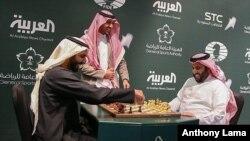 Dua pejabat Saudi bermain catur saat membuka turnamen catur pertama di Riyadh, 25 Desember 2017. (Saudi Press Agency via AP)