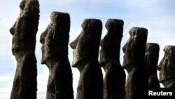 بحرالکاہل کے جزیرے ایسٹر آئی لینڈ میں پانے جانے والے قدیم موائی مجسموں کا ایک منظر۔
