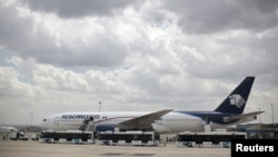 Un avion sur la piste de l'aéroport de Madrid