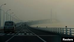 지난해 미세먼지로 덮인 중국 상하이의 다리 위로 차들이 지나가고 있다.