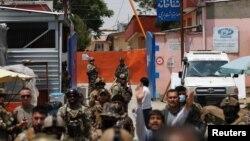 Pasukan Afghanistan mengamankan rumah sakit Dasht-e-Barchi di Kabul setelah terjadinya serangan oleh kelompok bersenjata, Selasa (12/5).