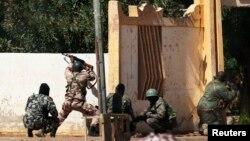 Tentara Mali menembaki militan Islamis di kantor walikota di Gao, Mali (21/2). (Foto: Reuters)