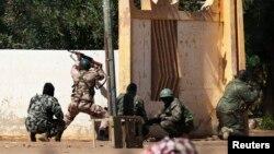 Tentara Mali bertempur melawan pemberontak Islamis di Gao, Mali (Foto: dok). Sedikitnya enam orang dilaporakan tewas dalam pertempuran hari kedua di wilayah ini, Minggu (24/3).