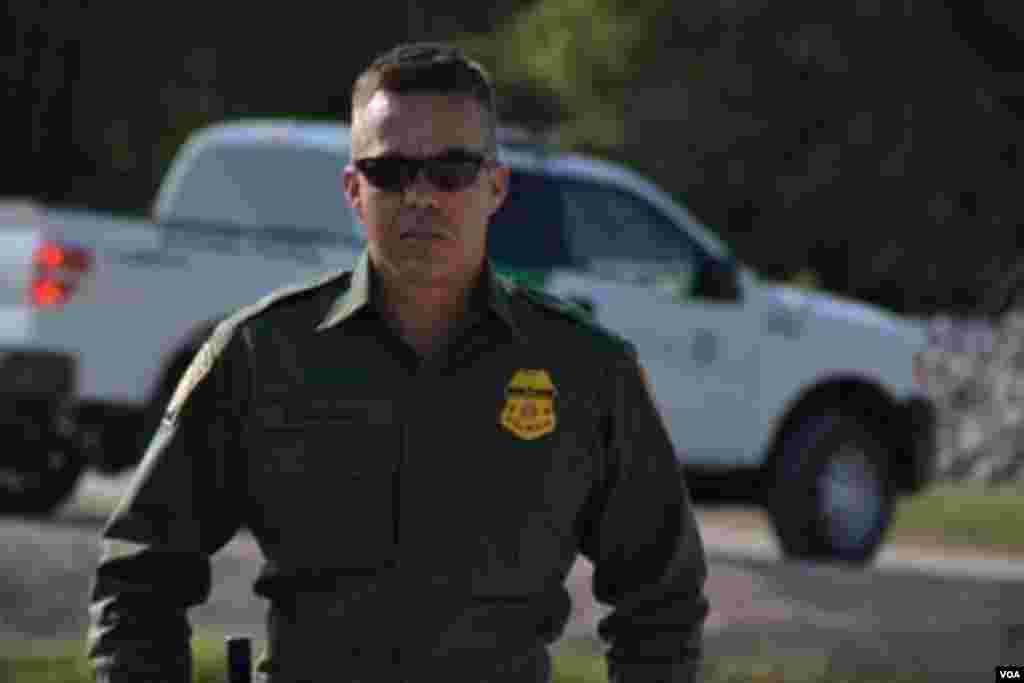 Agente de la patrulla fronteriza de Estados Unidos. [Foto: Ramon Taylor, VOA].