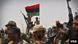 Pasukan pemberontak Libya siaga di Ajdabiya, sebelah barat kota Brega, Libya timur (19/7). Pemberontak dilaporkan terus bergerak maju untuk menguasai kota minyak Brega.