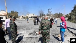 Binh sĩ Syria giải thích các hoạt động quân sự với các nhà báo tại trung tâm thành phố Homs, ngày 1/4/2016.