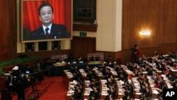 Sebuah layar televisi menampilkan PM Tiongkok Wen Jiabao saat memberikan sambutan dalam pembukaan Kongres Rakyat Nasional Tiongkok di Beijing (5/3). Kongres ini akan berlangsung selama 13 hari, dan menandai pergantian pemimpin Tiongkok yang berlangsung setiap sepuluh tahun sekali.