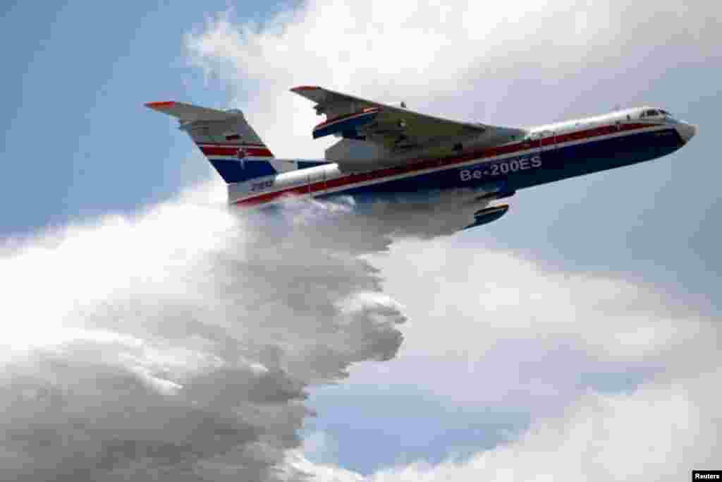 روس کا یہ طیارہ آگ بجھانے اور امدادی کارروائیوں کے لیے استعمال کیا جاتا ہے۔ اس میں کئی ہزار لیٹر پانی ذخیرہ کرنے کی صلاحیت ہے۔
