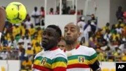 Les joueurs de la sélection nationale malienne lors d'un match de football de la Coupe d'Afrique des Nations 2012, contre le Gabon, au stade de l'Amitié à Libreville, Gabon, 5 février 2012.