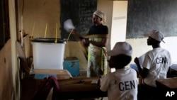 Một phụ nữ đi bỏ phiếu cho cuộc bầu cử tổng thống ở Burundi hôm 21/7/2015.