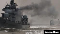 한국 해군은 지난 19일 천안함 4주기를 앞두고 서해에서 대규모 해상기동훈련을 실시했다. 사진은 초계함들이 발칸 사격 훈련을 하고 있는 모습.