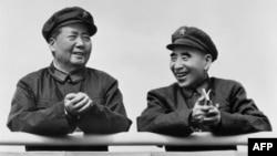 """法新社的照片说明是""""图为中国国家主席毛泽东(左)和政治领导人林彪1971年7月29日在北京微笑。""""但此图更像是此前毛泽东和林彪在天安门城楼上的照片。笔者用""""谷歌图片检索""""查找此图,但谷歌显示没找到。"""