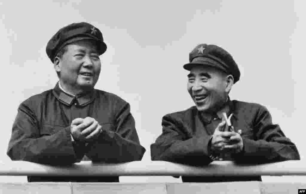 """文革初期毛泽东和林彪在天安门城楼上。(法新社的照片说明是""""图为中国国家主席毛泽东(左)和政治领导人林彪1971年7月29日在北京微笑。""""其实,当时毛泽东不是国家主席,而且这也不像1971年7月29日的照片。1971年林彪只有两次在公开场合露面,其中一次,下面会提到。另一次是不情愿地在五一国际劳动节出席焰火晚会,而且迟到早退,使得摄影师由于缺乏好照片而发愁。1971年7月29日之前,毛泽东和林彪早已疏远,毛将整肃林之势已成。仅仅一个多月后,林彪乘坐飞机出逃,或者被人送上出逃的飞机。为了了解确切日期,笔者用""""谷歌图片检索""""查找此图,但谷歌显示没找到。)"""
