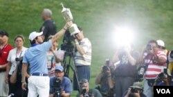 El irlandés Rory McIlroy, celebra su primer grande en el golf mundial.
