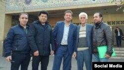 از راست: بهنام شیخی، اکبر آزاد، سید محمد فقیهی (وکیل پرونده)، علیرضا فرشی و حمید منافی