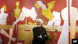 លោក Maqbool Fida Husain វិចិត្រករឥណ្ឌាដ៏ល្បីល្បាញបំផុតឈរនៅមុខផ្ទាំងគំនូររបស់លោកមានចំណងជើងថា'Last Supper' នៅកន្លែងតាំងពិរណ៍របស់លោកនៅសារមន្ទីរជាតិនៃទីក្រុងម៉ុមបៃនៅឆ្នាំ១៩៨៨។
