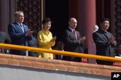 Qozog'iston, Janubiy Koreya, Rossiya va Xitoy rahbarlari paradni tomosha qilmoqda