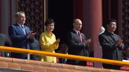 习近平(右一) 普京(右二)2015年9月3日在北京纪念日本二战投降70周年阅兵式上