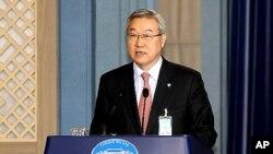 청와대에서 북한의 장거리 로켓 발사와 관련해 정부 성명을 발표하는 김성환 외교통상부장관.
