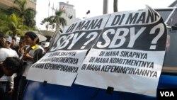 Warga Jakarta menggelar aksi solidaritas mendukung KPK di Bundaran Hotel Indonesia (Foto: Iris Gera).