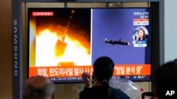 韩国首尔的一个火车站内,人们正在观看朝鲜发射导弹的新闻(2021年9月28号)