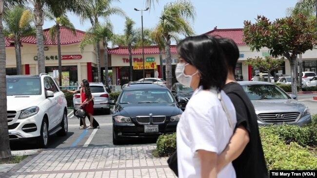 Cư dân và khách phương xa gặp gỡ và rủ nhau đi ăn vùng Little Saigon sau khi California cho mở cửa toàn phần.