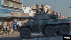 Un char de l'armée patrouille dans une rue de Harare lors de manifestations de partisans de l'opposition, le 1er août 2018