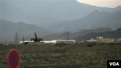 Baterías antiaéreas pueden ser vistas cerca de la instalación nuclear de enriquecimiento en Natanz, Irán.