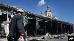 Toko-toko di pasar dekat stasiun kereta apai yang hancur karena penembakan di Donetsk, kota terbesar yang dikuasai pemberontak di Ukraina timur (30/8). (AP/Mstyslav Chernov)