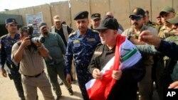 Прем'єр-міністр аль-Абаді з національним прапором після прибуття до звільненого Мосула