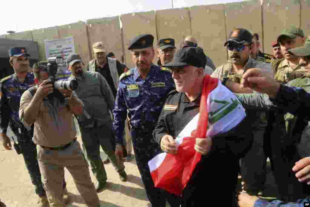 حیدرالعبادی صدر اعظم عراق با سربازان عراقی تصرف موصل را از چنگ داعش جشن گرفت