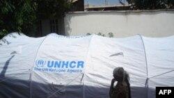 Організація УВКБ ООН допомагає біженцям.