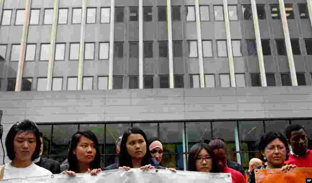 Прихильники імміграційного закону перед будівлею Служби громадянства та імміграції США у Нью-Йорку.