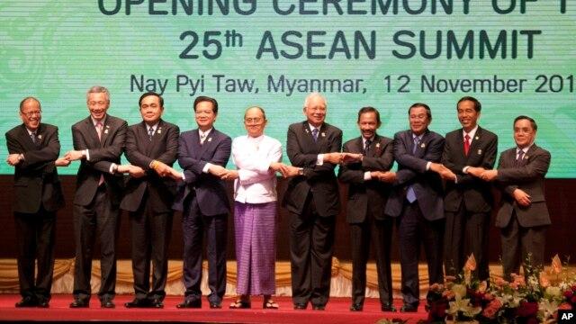 Lãnh đạo các nước ASEAN. Từ trái: Tổng thống Philippines Benigno Aquino III, Thủ tướng Singapore Lý Hiển Long, Thủ tướng Thái Lan Prayut Chan-o-cha, Thủ tướng Việt Nam Nguyễn Tấn Dũng, Tổng thống Myanmar Thein Sein, Thủ tướng Malaysia Najib Razak, Quốc vương Brunei Hassanal Bolkiah, Thủ tướng Campuchia Hun Sen, Tổng thống Indonesia Joko Widodo và Thủ tướng Lào Thongsing Thammavong chụp hình lưu niệm trong lễ khai mạc Hội nghị Thượng đỉnh ASEAN lần thứ 25 tại Myanamr, ngày 12/11/2014.