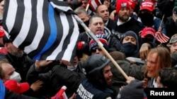 在美國國會示威的特朗普支持者與警察對峙(路透社2021年 1月6日)