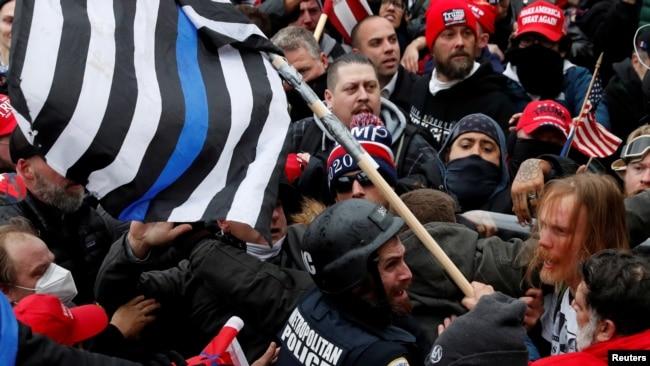 在美国国会示威的特朗普支持者与警察对峙(路透社2021年 1月6日)