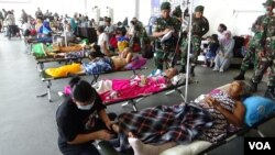 Earthquake and tsunami victims have received medical care at a temporary facility set up at the airport in Palu, Sulawesi, Indonesia, Oct. 3, 2018. Most were to be sent later to Makassar, South Sulawesi. (Y. Litha/VOA)