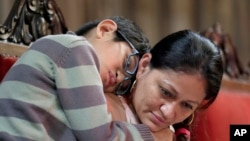 Aura Hernández es abrazada por su hijo Daniel Sánchez, de 10 años, durante un servicio religioso en la iglesia Cuarta Sociedad Universalista de Nueva York, donde hace dos semanas buscó refugio de las autoridades de inmigración. Marzo 29 de 2018.