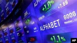 지난 1일 미국 뉴욕의 증권시장에 구글 지주회사 '알파벳'의 나스닥 지수가 전광판에 떠 있다. (자료사진)