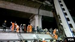 Para petugas penyelamat Tiongkok melakukan pencarian korban dalam kecelakaan akibat tabrakan kereta di provinsi Zhejiang (23/7).