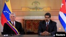 미겔 디아스카넬 쿠바 국가평의회 의장(왼쪽)과 베네수엘라의 니콜라스 마두로 대통령이 30일 베네수엘라 카라카스 미라플로레스 궁전에서 정상회담을 하고 있다.