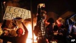 Demonstran di luar kantor polisi Minneapolis, Kamis, 28 Mei 2020, di Minneapolis memprotes kematian George Floyd, seorang pria kulit hitam yang meninggal ketika ditahan oleh polisi.
