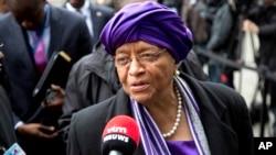 3일 엘렌 존슨 설레프 라이베리아 대통령이 벨기에 브뤼셀에서 에볼라 관련 기자회견을 하고 있다. (자료사진)