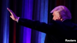 Le candidat à la présidentielle républicaine, Donald Trump, arrive au cours de la nuit électorale au New York Hilton Midtown à Manhattan, New York, États-Unis, 9 novembre 2016.