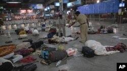 2008년 11월 인도 뭄바이 테러 사건 현장. 출퇴근길에 기차 터미널에서 사망한 시민들과 부상자들.