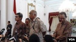 Pemimpin sementara KPK Johan Budi (kiri) dan Taufiequrrachman Ruki (tengah) usai bertemu Presiden Joko Widodo di Istana Negara Jakarta, Jumat (27/2). (VOA/Iris Gera)