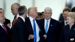 PM Montenegro, Dusko Markovic, tengah kanan, tampak seperti didesak oleh Donald Trump, tengah, dalam foto yang diambil pada acara pertemuan puncak para kepala negara anggota NATO di Brussels, 25 Mei 2017 (foto: AP Photo/Matt Dunham)